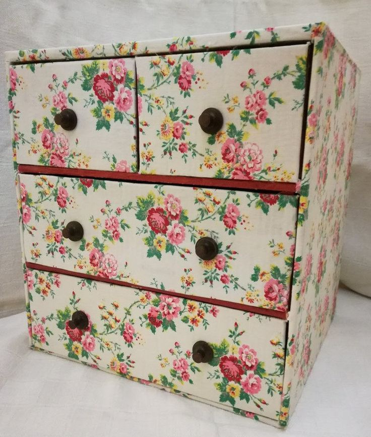 Una deliziosa vecchia cassettiera per merceria rivestita in tessuto a fiorellini! Disponibile nel mio negozio etsy: Antique French fabric box cabinet chest of drawers for haberdashery / notions http://etsy.me/2CIV7nA