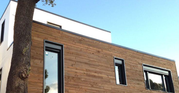 Una vivienda de 2 plantas sobre un sótano de hormigón, con una superficie construida de 173 m2, 3 habitaciones y 3 baños. La fachada ventilada es una combinación de madera de Douglas tratada en autoclave color marrón y paneles VIROC. El interior de la vivienda está acabado con placas de yeso laminado, y la fachada de madera nos invita a pensar que se puede tratar de una casa realizada con estructura de madera.  Para más información contáctenos en info@arquima.net o llamándonos al 936 821 006