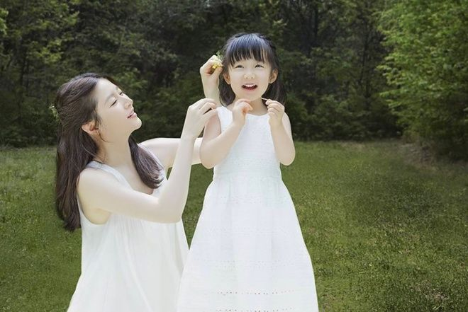 Lee Young-ae with her daughter