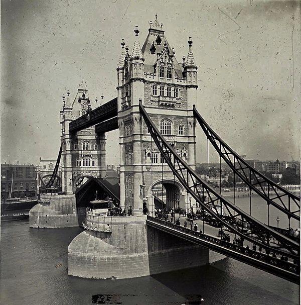 Tower Bridge, c. 1910.Very beautiful!