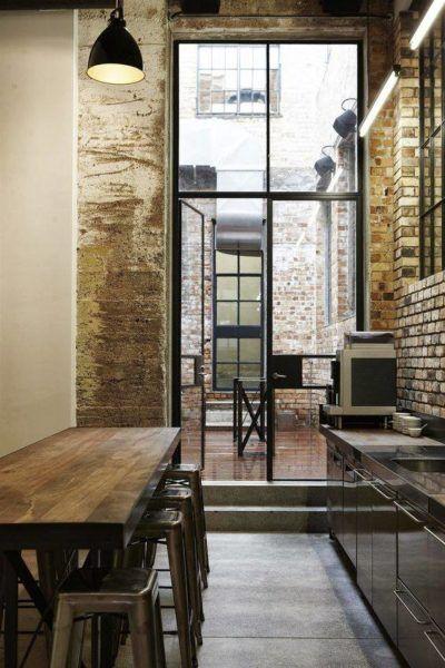 cuisine au murs de briques, grande baie vitrée, style industriel