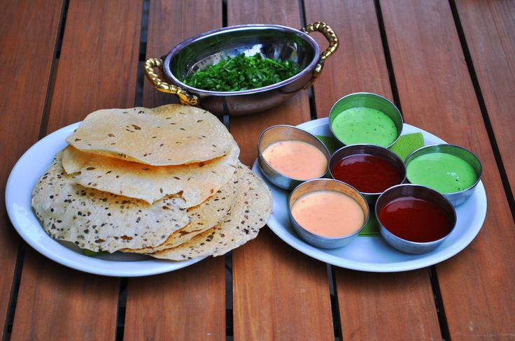 Papadam mit Saucen und frischen Kräutern im indischen Restaurant Berlin Schöneberg #berlin #indisches #restaurant