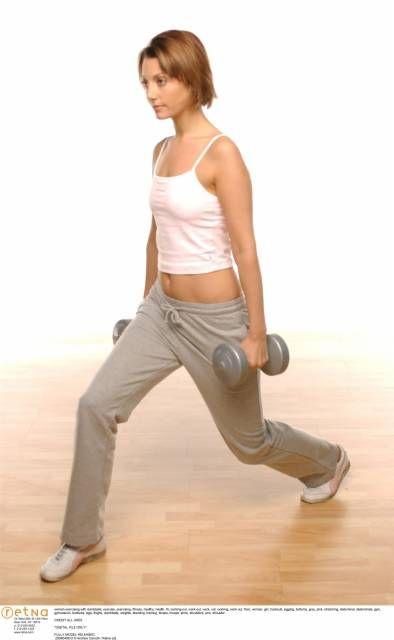 Tra gli esercizi più efficaci per tonificare cosce e glutei, lo squat può essere eseguito a casa propria. Guida pratica ai piegamenti che scolpiscono le gambe