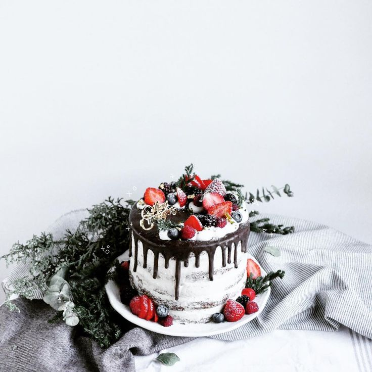 Homemade Christmas cake. Wish all you have a merry Christmas and happy holidays! 今年も家用にクリスマスケーキを作りました。 チョコレートのスポンジを5段重ねにしたネイキッドケーキ。 ホイップクリームにはラム酒多めです。 みなさんどんなクリスマスを過ごしたのかな〜✨