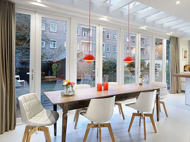 via Bloem en Lemstra Architecten. Dining space with a LOT of natural light through big wall doors. Another angle.