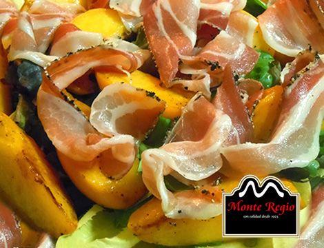 ¿Empezamos la semana con una ensalada? Añade a tu receta tradicional melocotones, endivias y jamón ibérico #MonteRegio ¡Nadie podrá resistirse!
