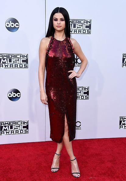 Selena Gomez brilla en rojo - Yined Ink