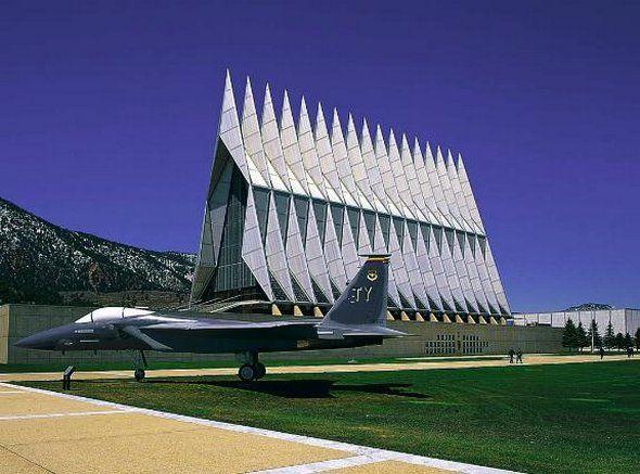 Capilla del Cadete. Se ubica en la Academia de la Fuerza Aérea de Estados Unidos, Colorado. Es una de las atracciones más populares de esa localidad; recibe más de medio millón de visitantes cada año. Su construcción inició en 1958 y finalizó en 1963 con un costo aproximado de 3.5 millones de dólares.   La capilla, que fue un diseño del  arquitecto Walter A. Netsch Jr.,  está hecha de aluminio y vidrio, y su altura supera los 40 metros.