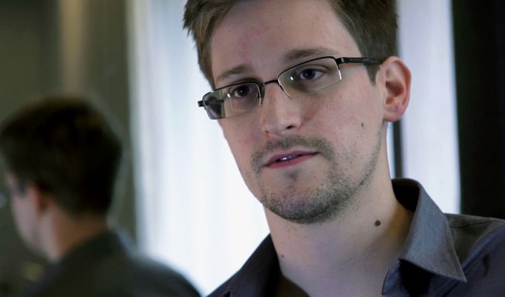 By Mark Hosenball   WASHINGTON June 20 (Reuters) - Hiring screeners at Booz  Allen Hamilton, a contractor for the National Security Agency,  found possible discrepancies in a resume submitted by Edward  Snowden,