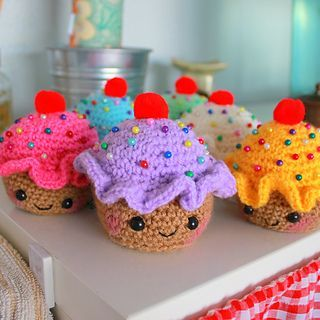 A little cupcake pincushion I made up for my cousins birthday - decided to share the pattern so others can make their own too :)