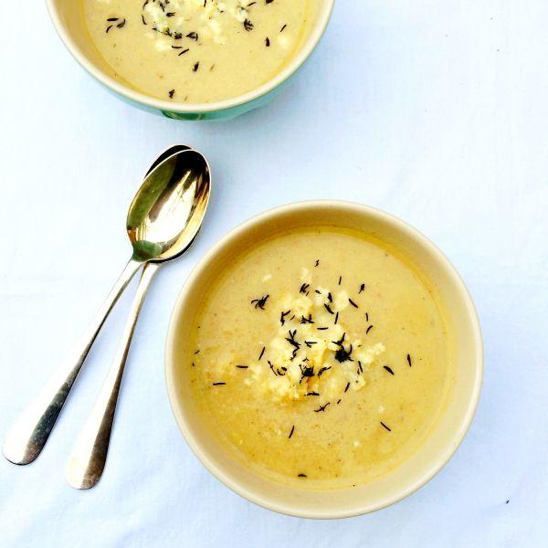 Deze heerlijke soep van geroosterde knolselderij met tijm & blauwe kaas maak je in een handomdraai. Ondanks het roosteren van de knolselderij is dit recept