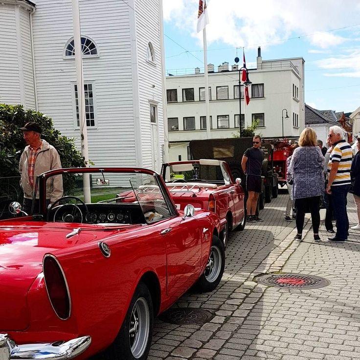 Mye folk gamle biler og blå himmel. Flekkefjord feirer 175 års-jubileum som by med fest og moro  #smaabyenflekkefjord #175år #by #iloveflekkefjord #175årsjubileum