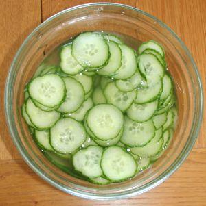 Min mor laget ofte agurk i lake som tilbehør til laks, ørret eller makrell. Til søndagsmiddagen i...