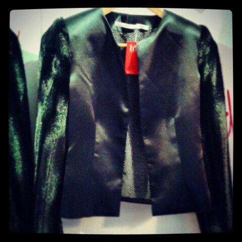 Saco sastre de seda con mangas de piel. ( Sintético ) #abrigateconestilo #ina #tiendadechicas #bonvoyage #moda #estilo #style #cool #chic #trends #fashion #compras #diseno #perseveraytriunfaras