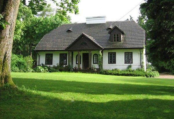 Dworek w Sinołęce. Pochodzi z początku XIX wieku. Zbudowany został przez Kacpra Buczyńskiego. Obecnie właścicielami są państwo Sutkowscy, którzy przywrócili mu świetność.