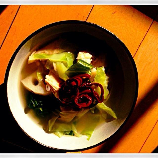 前回のローカロリースープの別バージョン。レンコン入れたのは大正解。玄米もプチプチした食感が良い。休日のランチにはピッタリな感じ。 - 4件のもぐもぐ - キャベツ、レンコン、押麦、玄米と鶏ササミの本出しスープ by ichiking