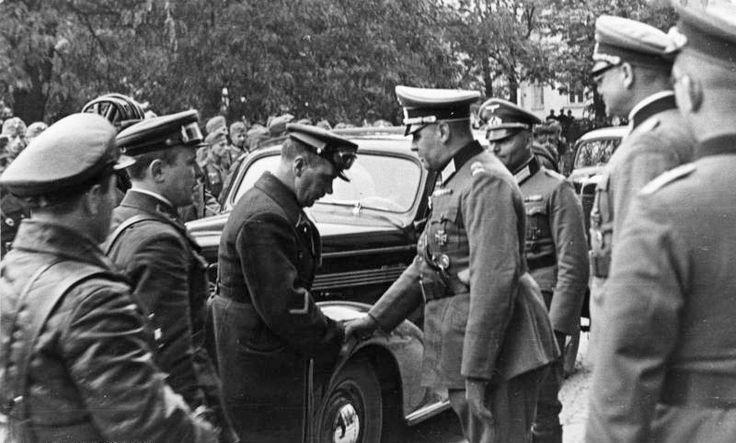 Plac Litewski. Okupanci są pełni kurtuazji ale ten sowiecki oficer skłąnia bardzo nisko głowę przed Niemcem. We wrześniu 1939 bardzo się jeszcze kochali.
