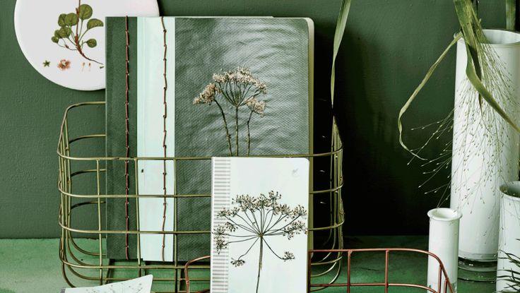 Snup en billig notesbog og forvandl den til en lækker sag med lidt karton i skønne toner, pyntet med dine egne pressede blomster. Det perfekte sted at gemme minder, idéer og kloge tanker.