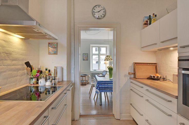 Ejerlejlighed til salg, Aarhus C - Beliggende centralt på det attraktive Frederiksbjerg med gåafstand til vandet, skoven, City, Grønttorvet og med sin egen handelsgade med spændende specialforretninger,finder du denne ualmindelige flotte 3-værelses lejlighed.   Lejligheden indeholder: Lejligheden byder på entré med garderobeplads.  Mod gaden ligger både stue og værelse. Her er som i resten af lejligheden plankegulve, pudsede lofter og dannebrosvinduer.  Stort soveværelse mod gården Dejligt…