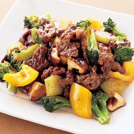 うまみたっぷりでご飯が進む「牛肉とブロッコリーのオイスター炒め」のレシピです。プロの料理家・伊藤晶子さんによる、牛切り落とし肉、ブロッコリー、パプリカ、しいたけなどを使った、329Kcalの料理レシピです。