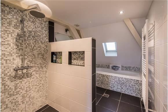 Effect wit badkamermuurtje met daarachter mozaiek.