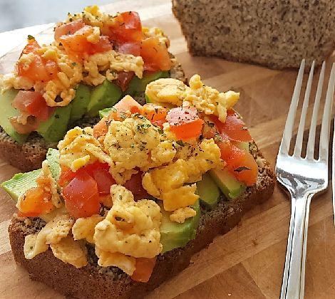 Lekker ontbijten met koolhydraatarm brood van MA en heerlijk belegd met avocado en ei. Gegarandeerd een vol en verzadigd gevoel!