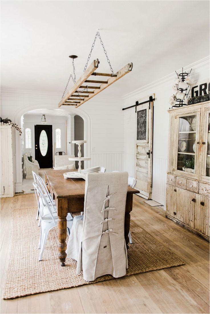 Rústico en blanco y madera con detalles inspiradores como la escalera colgante.