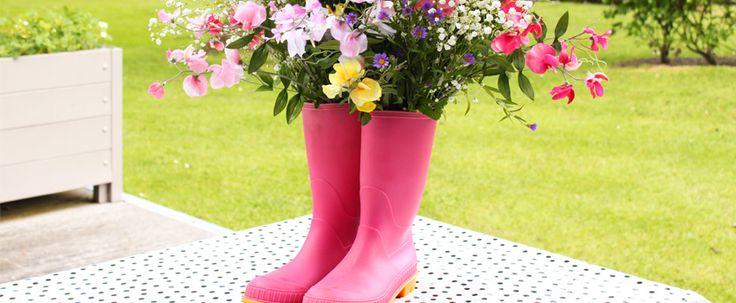 Neem oude laarzen, plaats er een vaas  in en vul ze met de bloemen van ieder seizoen. Echt sfeer is dat