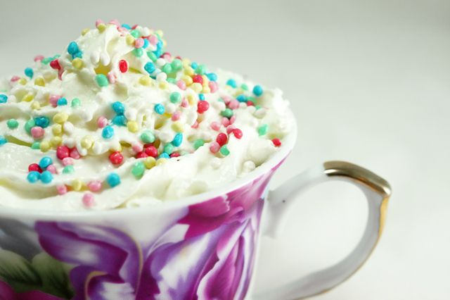 La mug cake è una piccola torta di cioccolato servita in una tazza e pronta in 5 minuti. Requisito indispensabile è un forno a microonde.