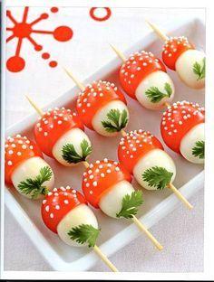"""Essbare """"Fliegenpilze"""" aus Tomaten und Mozzarella-Sticks gemacht ;)  -  Ob das auch mit Tofu geht...?!"""
