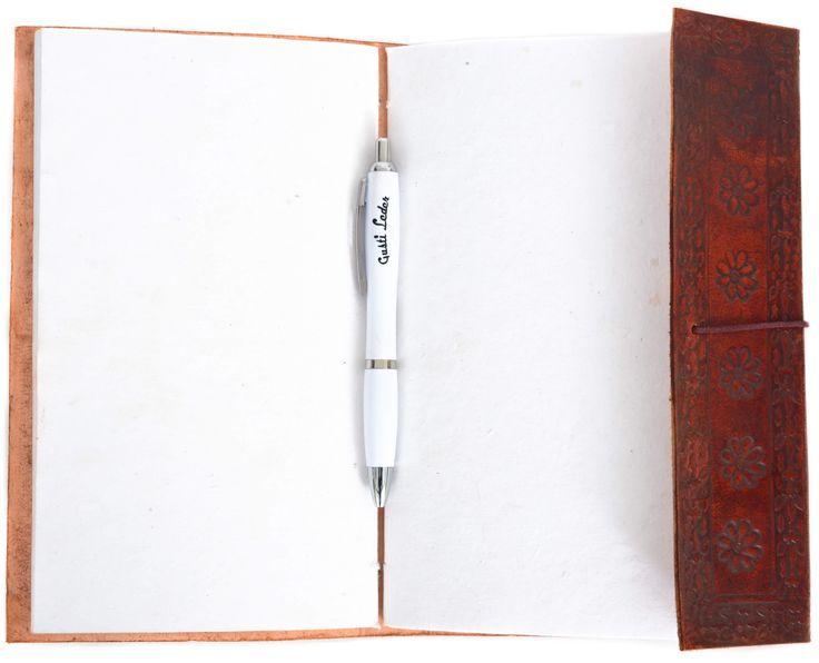 """Du bist auf der Suche nach einem außergewöhnlichen Geschenk für Deinen Liebsten oder Deine Liebste? Oder du planst die Reise Deines Lebens und möchtest sie gerne dokumentieren? Dann ist """"Daniella"""" die richtige Wahl! Das kleine Buch im praktischen A5-Format passt in jede Reisetasche und bietet Dir auf 200 Seiten handgeschöpftem Papier den passenden Rahmen, um Deine schönsten Erinnerungen, außergewöhnlichsten Fotos und gelungensten Skizzen festzuhalten- Ledereinband - Echtleder - Gusti Leder…"""
