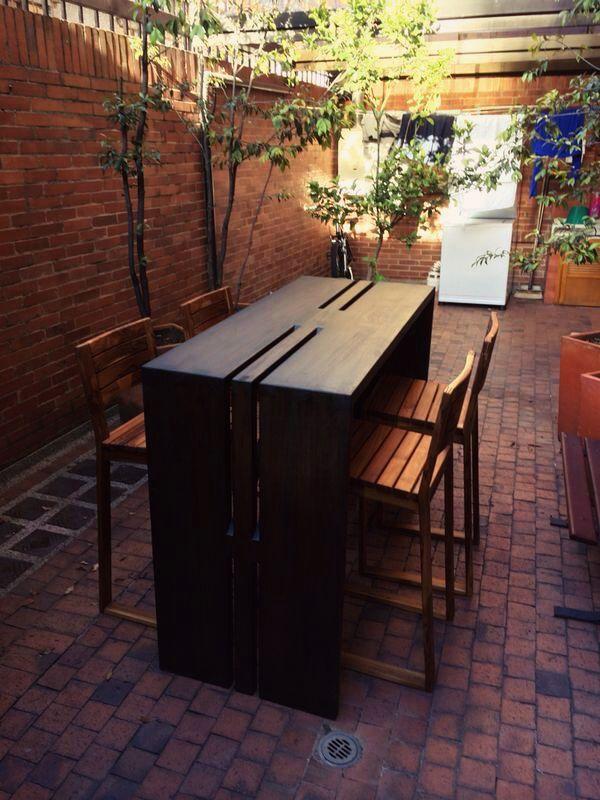 Nuestra mesa de barra Angular con 4 sillas Capuchino de exterior. Madera maciza de Teca.
