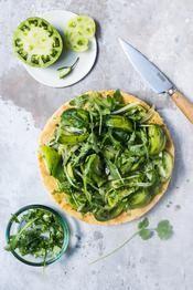 Recette pizza à la farine de pois chiche, salsa verde et tomates vertes