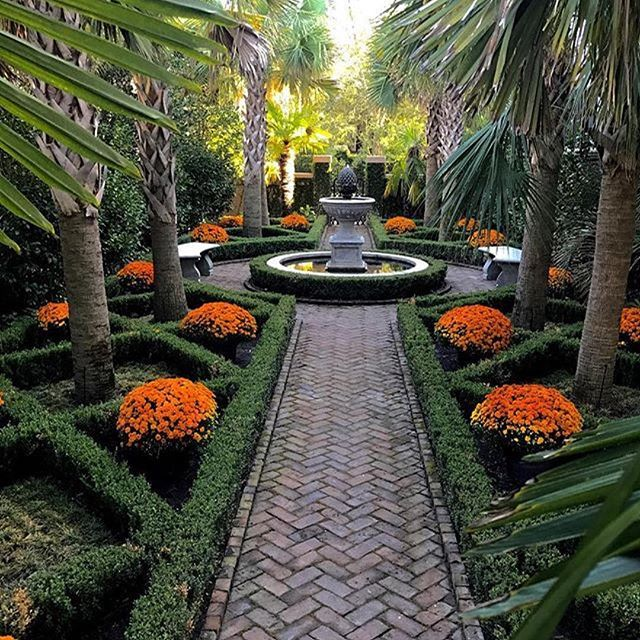 Carolyne Roehm's #Charleston garden, dressed for #fall.  #Repost @carolyneroehm