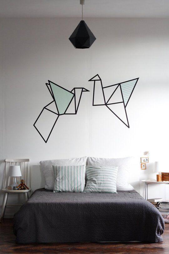 Desenhos de origami com fita isolante dão um resultado bem legal para a parede. Você também pode pintar algumas partes do desenhos se quiser fugir um pouco da monocromia.