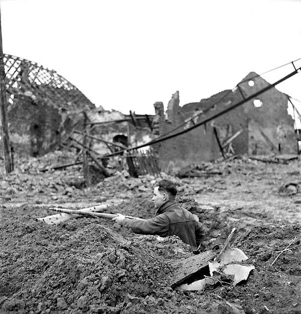 Le soldat J. Boehm du régiment de la Regina Rifle en position dans les ruines de Zyfflich en Allemagne, le 9 février 1945.