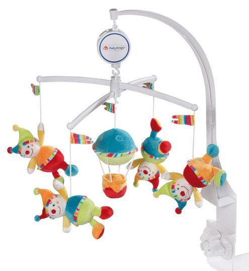 Dieses süße Musik-Mobile 70's Stripes von Baby Fehn ist der ideale Schlafbegleiter für die Kleinen. Die Spieluhr dreht sich langsam im Kreis und die kleinen Clowns tanzen zu der Schlafmusik. Die Melodie des Schlafliedes beruhigt Ihr Baby und wiegt es sanft in den Schlaf. Das hochwertige und weiche Material ist angenehm zu fühlen und zu greifen, die verschiedenen Farben wecken die Aufmerksamkeiten Ihres Kindes.