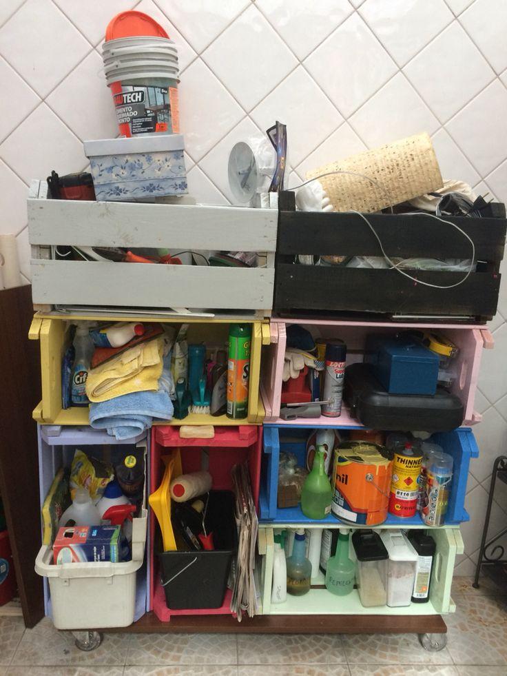 DYI armário com caixas de feira e rodízio