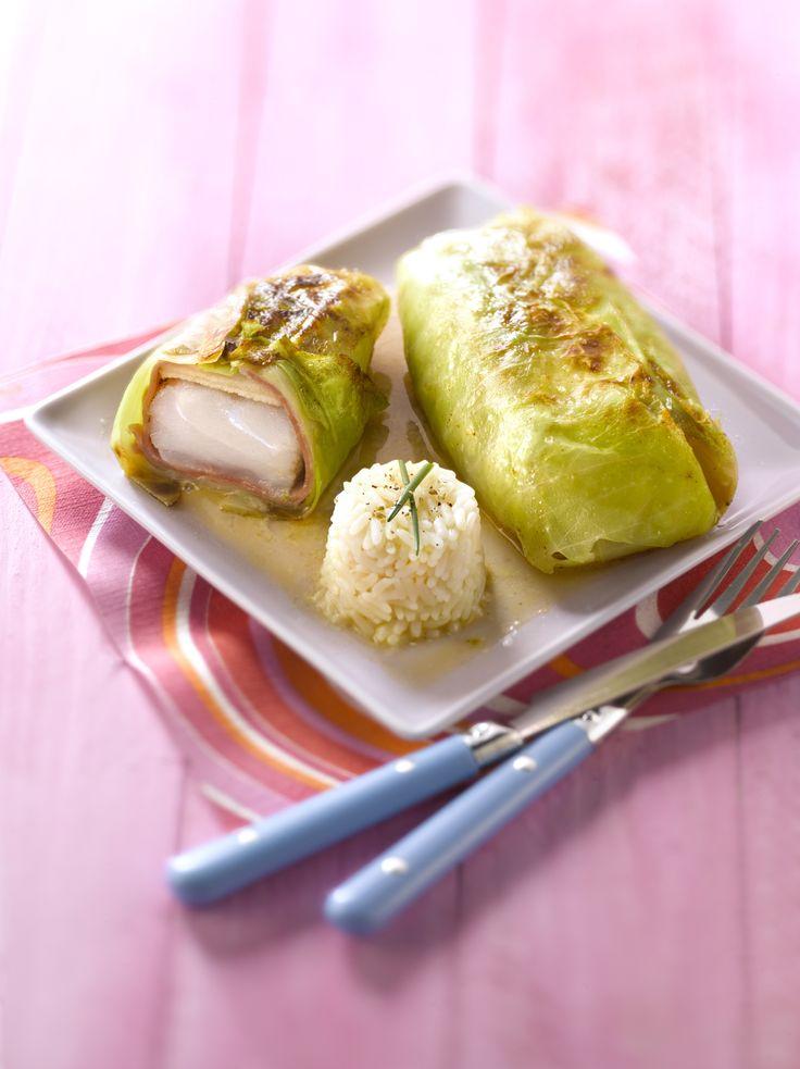 Recette de Cabillaud en papillote de feuille de chou . Il vous faut : morceaux de dos de cabillaud, grandes feuilles de chou blanc, tranches de jambon cru fumé, pomme, huile d'olive, beurre, le jus d'un citron, Sel et poivre