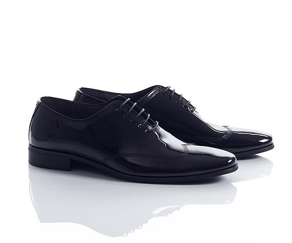 Pantofi de ocazie, din piele lacuita de culoare neagra, ideali pentru o receptie sau orice eveniment important, au un model discret in stil brogue. Se inchid cu siret.