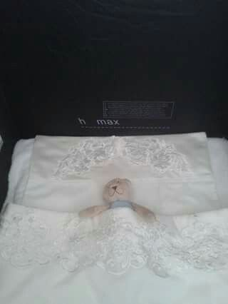 Lakentje en kussen sloopje gemaakt van een trouwjapon.