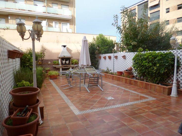 Adosada en Malgrat de Mar zona Av. paisos catalans, 360m2 de vivienda, dividida en 4 plantas.  Bajos: sótano + trastero.  Planta de suelo: salita, aseo, garaje y salida al patio de 70m2.  1 er planta: comedor, balcón, cocina y baño.  2 on planta: 2 habitaciones dobles, 1 suitte con vestidor y baño completo.  altillo: 1 habitación con 2 terrazas. Precio: 278.000 €, Si queréis verla preguntar por la ref: C0309.    http://qoo.ly/hksyt    🔑 www.finquesquim.com / Tel.937 61 32 65 / Mov. 661 406…