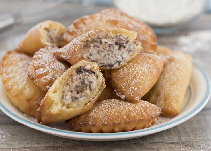 La ricetta originale siciliana per preparare le cassatelle fritte con ricotta e cioccolato, dolce tradizionale dell'isola