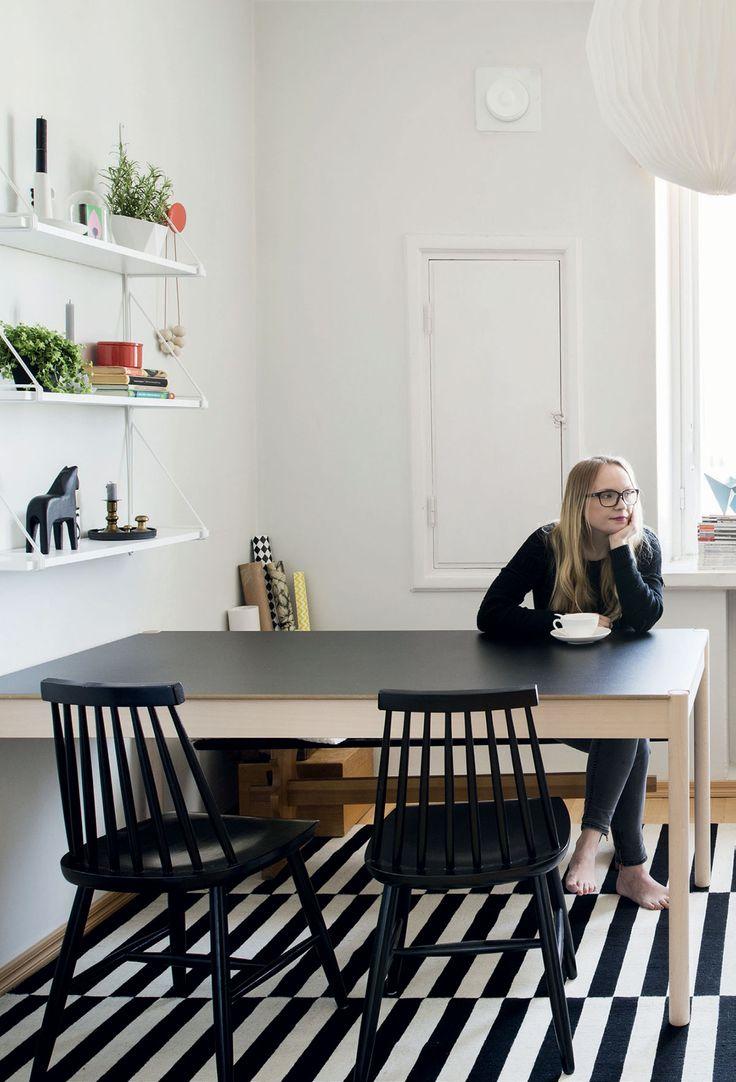 Pienessä asunnossa on kaikki tarvittava. Hayn C44-pöytä ja About A Lounge -nojatuoli mahtuvat pieniin neliöihin, koska keittiön päälle rakennettu parvisänky tuo hyvin tilaa.