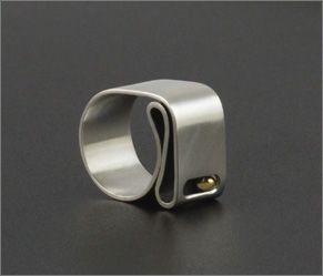Bending ring in silver and gold. Mayza Joao