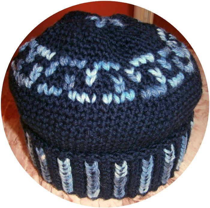 Cappello blu da uomo decorato a punto maglia. Le istruzioni qui: http://www.meryweb.com/cappelli-blu-alluncinetto/