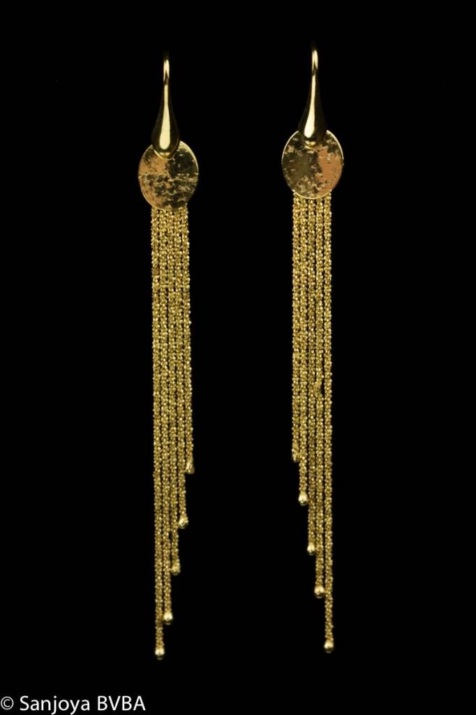 Extremely stylish, long, goldplated silver earrings by Sanjoya. Very trendy design consisting of four thin chains. For € 85. Goldberg Juweliers - http://www.goldbergjuweliers.nl/en/sanjoya-stylish-long-goldplated-silver-earrings-sa.html