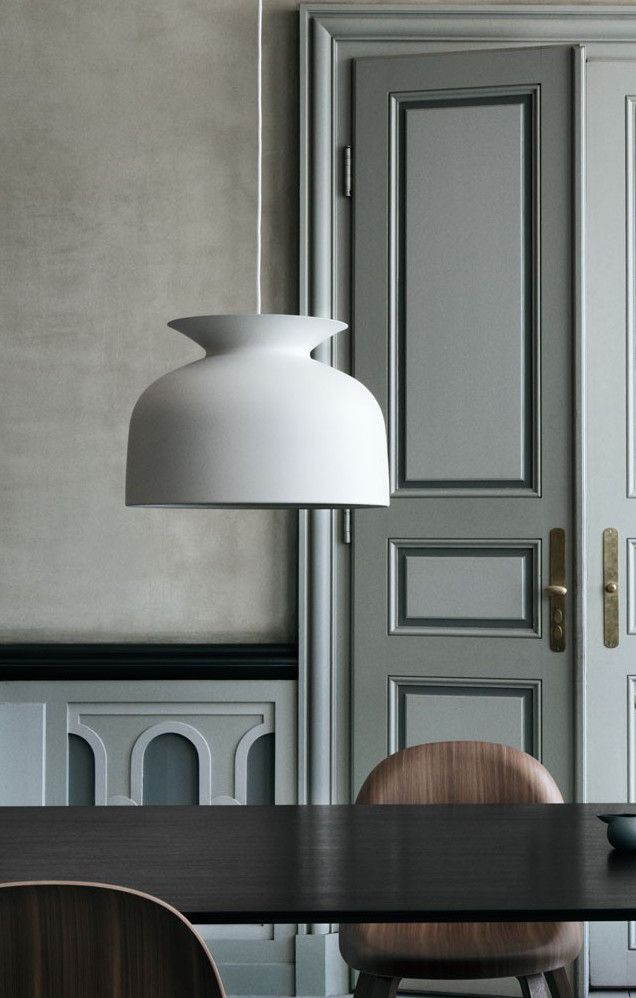 The Ronde Pendant is Oliver Schick's first product for Gubi. The bell-shaped piece has reference to the traditional pendant lamp and the heyday of 1970s lightning design; however, in a modern interpretation.