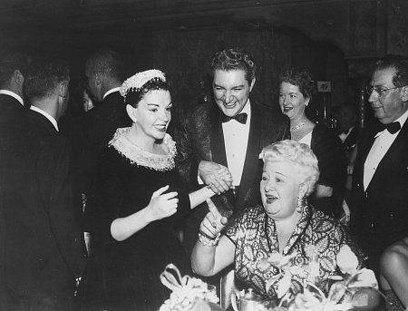 Judy Garland en route to Paris August 1954