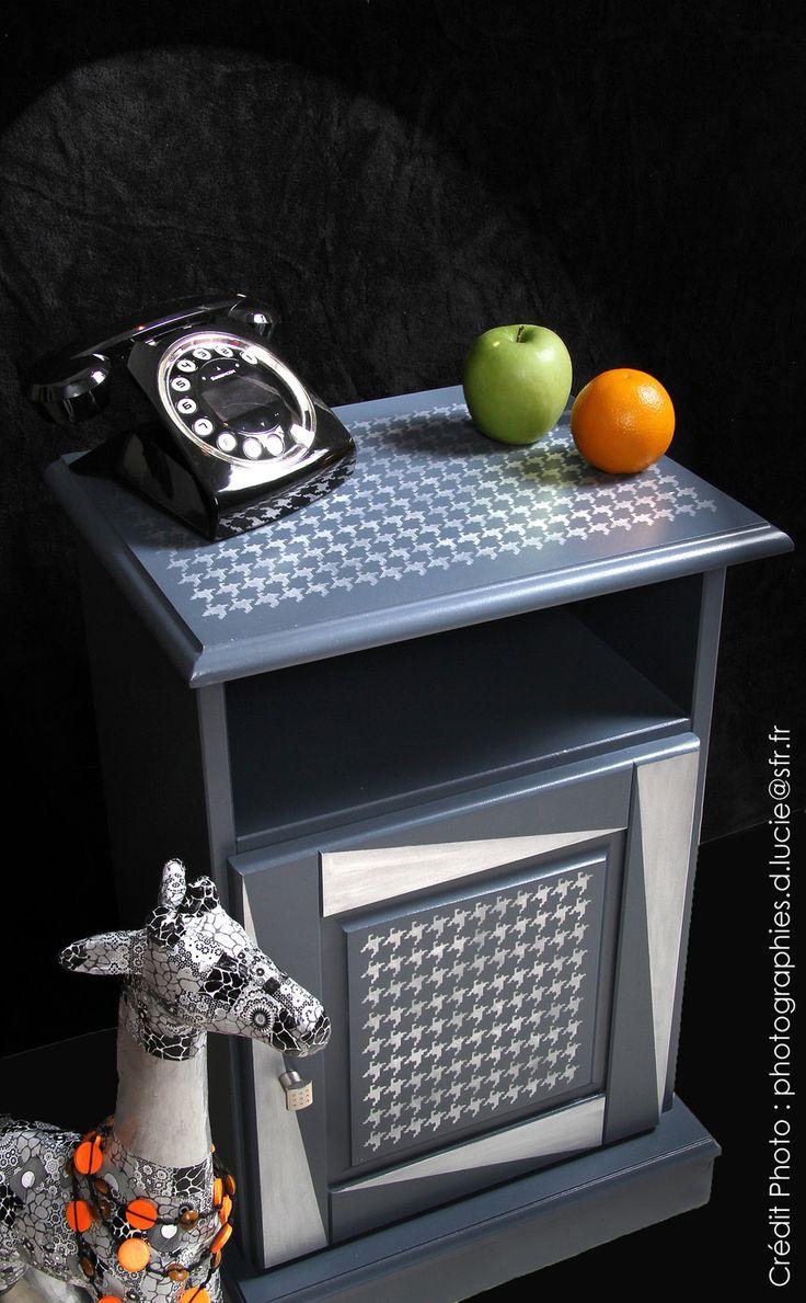"""Le Rétro Graphique Un meuble chevet relooké avec une décoration originale et unique. Le motif """"pied de poule"""" en peinture aluminium avec des formes graphiques lui donne un esprit Art Déco. Le bouton de porte en métal chromé pour confirmer son style ......"""